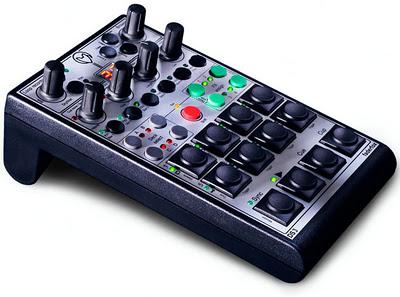 Faderfox DS3, un controller per Traktor adatto ai dj che lavorano con campioni, loop, hotcues e effetti